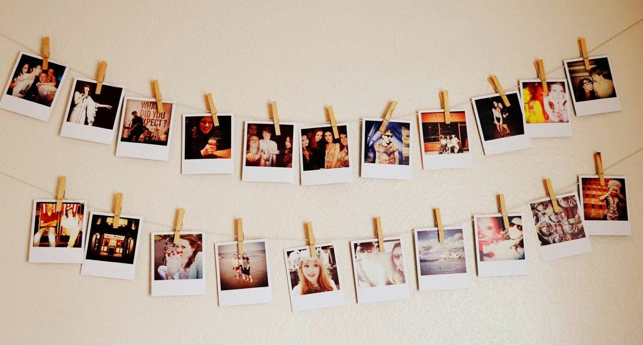 Tips Kreatif Pasang Koleksi Foto di Kamar Kamu